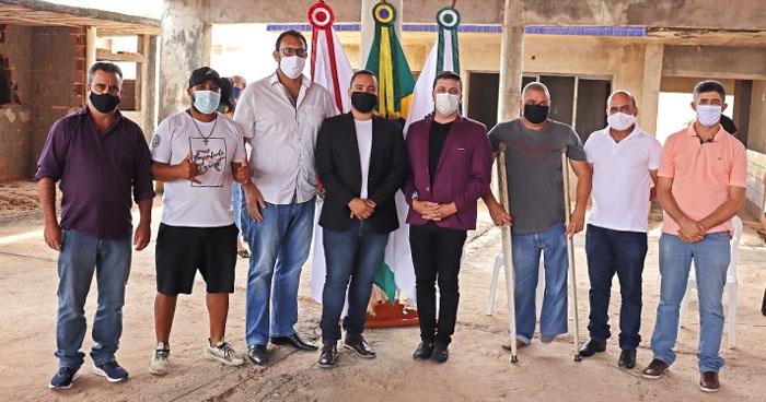 Vereadores participam de lançamento da retomada das obras na creche do bairro Oliveira Morais